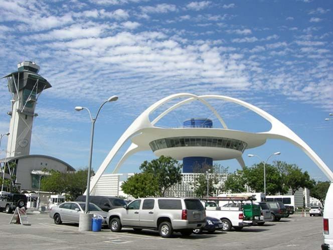 Evacuan terminal de aeropuerto de LA por amenaza de bomba