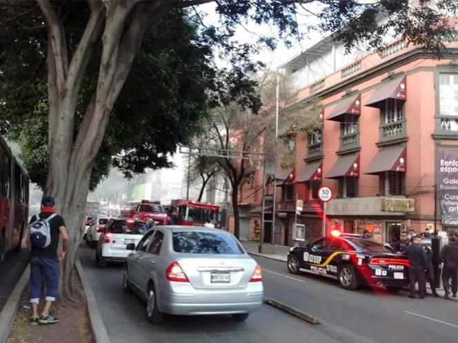 Servicios de emergencia laboran en un incendio que se registra en la Avenida Insurgentes, colonia Roma. Foto: @BasilioEMT