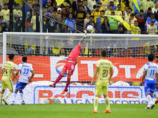 Los porteros de ambos equipos tuvieron buenas atajadas, como la de Cristian Campestrini que salvó al Puebla gracias a un manotazo (Mexsport)