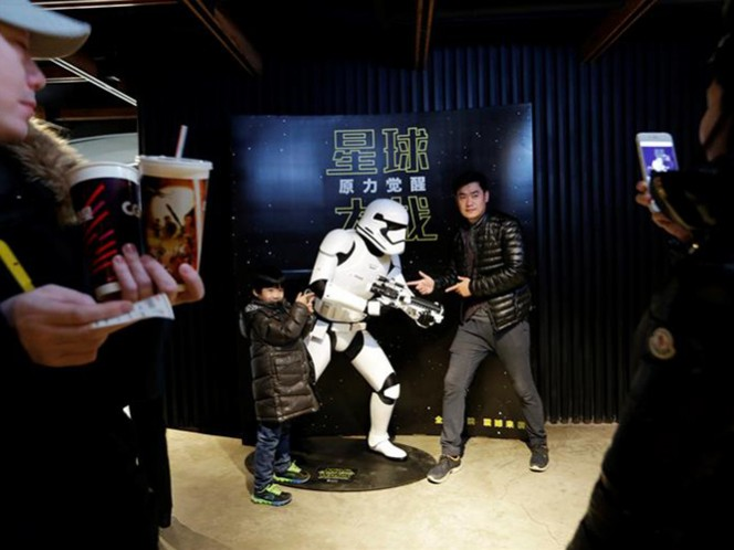 China ayudará a definir si 'Star Wars: The Force Awakens' supera a 'Avatar' como la película más taquillera de la historia de Hollywood, con 2 mil 800 millones de dólares. (EFE)