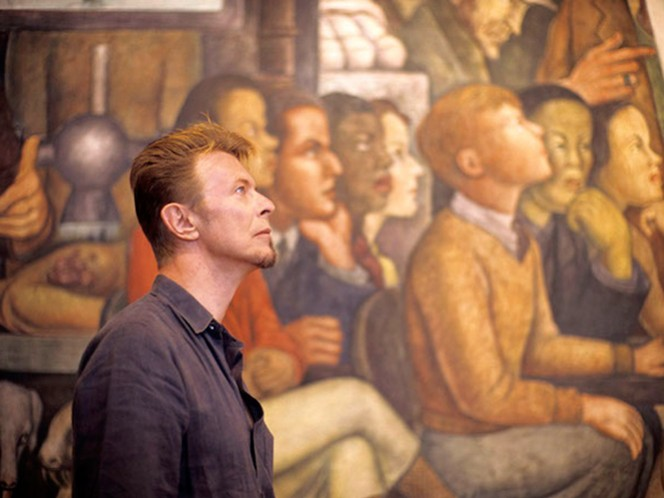David Bowie ante el 'Hombre Controlador del Universo', de Diego Rivera, como si fuera parte del mural. (Fotos: Cortesía Fernando Aceves)