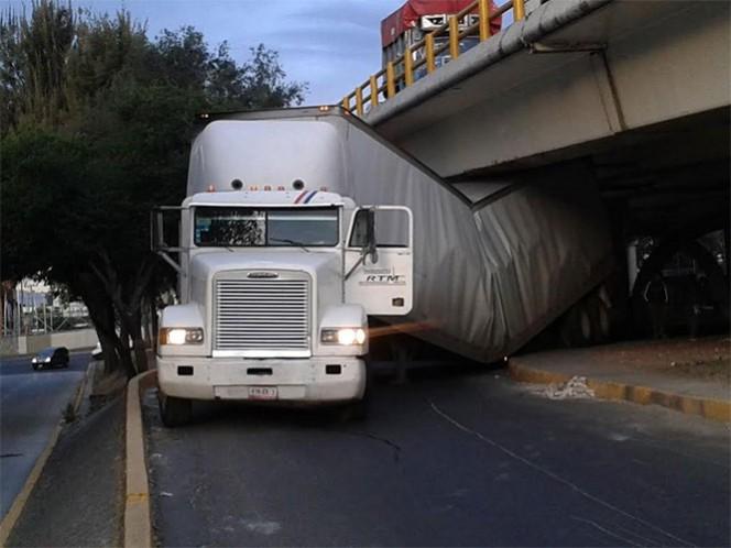 El tráiler quedó atorado en el bajo puente de Circuito Interior y Eje 3 Oriente. Foto: Mirna Andrade