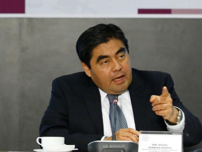 El coordinador de los senadores del PRD, Miguel Barbosa Huerta, reconoció que buscará la candidatura a la gubernatura de Puebla, pero hasta el año 2018 (Foto: Cuartoscuro)