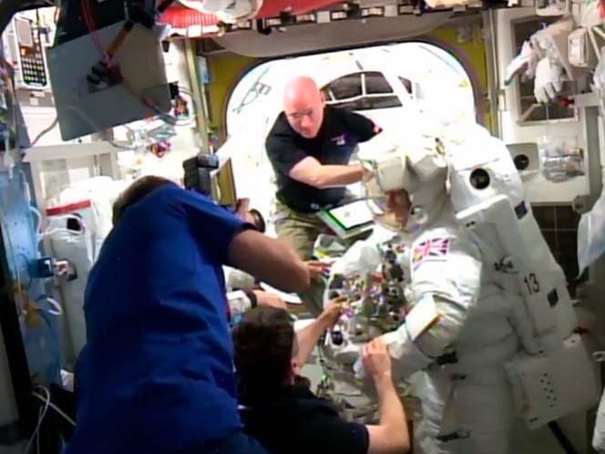 Suspenden caminata espacial tras detectar agua en casco de astronauta