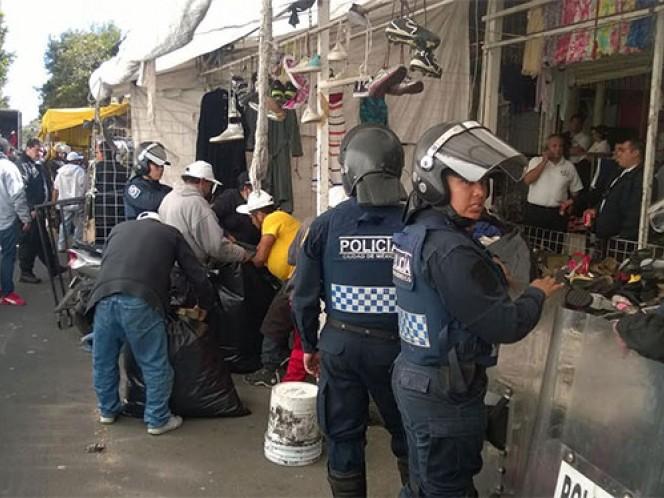 Elementos de la PGJDF, SSPDF y personal del SAT, decomisaron ropa de paca en la colonia Tránsito. Foto: Ricardo Vitela