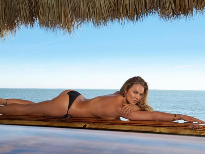 """El suplemento 'Swimsuit 2016' incluirá candentes imágenes de Ronda Rousey, ex campeona UFC 193, únicamente """"vestida"""" con untraje de baño pintado sobre su cuerpo desnudo, también conocido como 'body painting'. (Tomada de Sports Illustrated)"""
