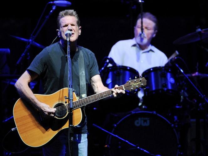El guitarrista Glenn Frey y el baterista Don Henley, eran los fundadores y voces del grupo The Eagles. (AP)
