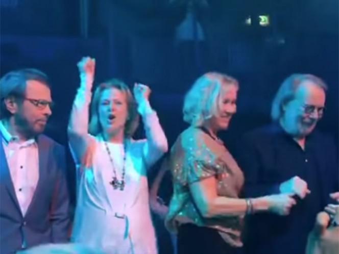 Björn Ulvaeus, Anni-Frid Lyngstad, Agnetha Fältskog y Benny Andersson se subieron anoche al escenario del 'Tyrol'. (Tomada de YouTube)