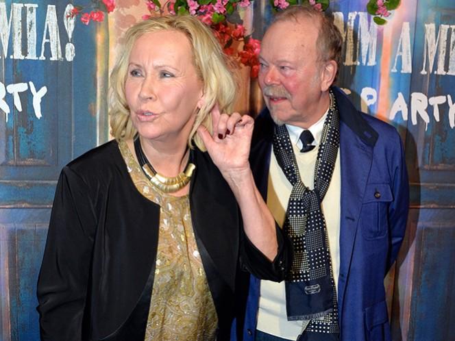 Agnetha Faltskog, ex integrante del grupo sueco ABBA, con su acompañante Thomas Johansson, llega anoche al estreno de 'Mamma Mia The Party', en el restaurante Tyrol, en Estocolmo, Suecia. (AP)