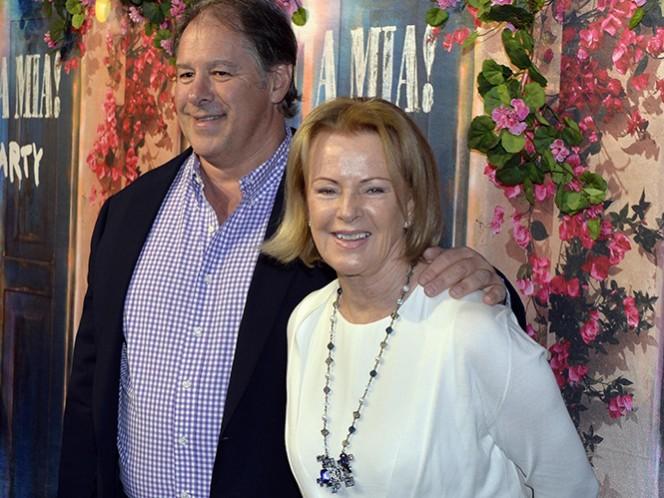 Anni-Frid Lyngstad, de ABBA, con su pareja Henry Smith. (AP)