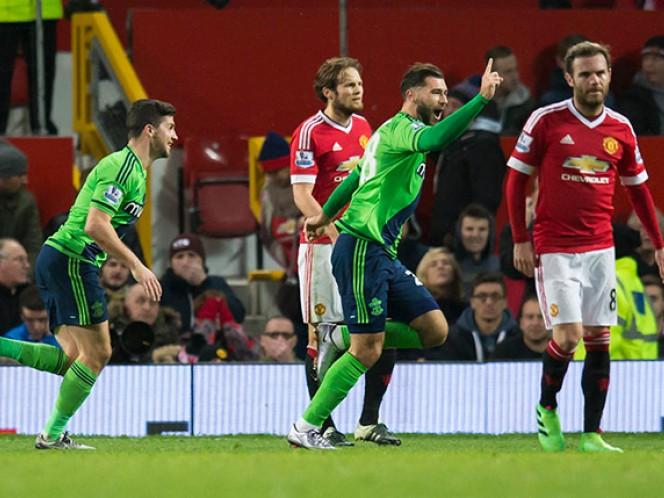Un tanto del debutante Charlie Austin a falta de tres minutos para el final del partido dio los tres puntos al Southampton en su visita a Old Trafford (AP)