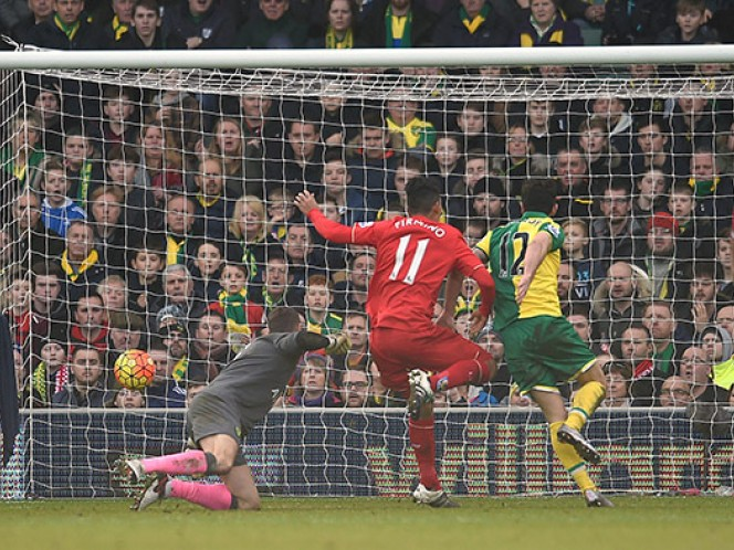 Con un gol en tiempo de compensación, el Liverpool consiguió una dramática victoria 5-4 sobre Norwich City (AP)
