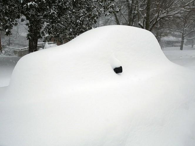 Una tormenta de nieve con vientos huracanados paralizó el sábado la costa de Estados Unidos en el Atlántico al arrojar más de un metro de nieve.