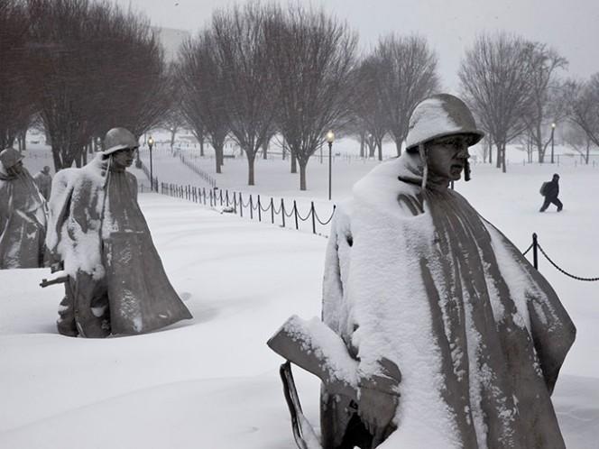 Una persona camina cerca del monumento a los veteranos de la Guerra de Corea, luego de una nevada el sábado 23 de enero de 2016, en Washington DC. Foto: AP