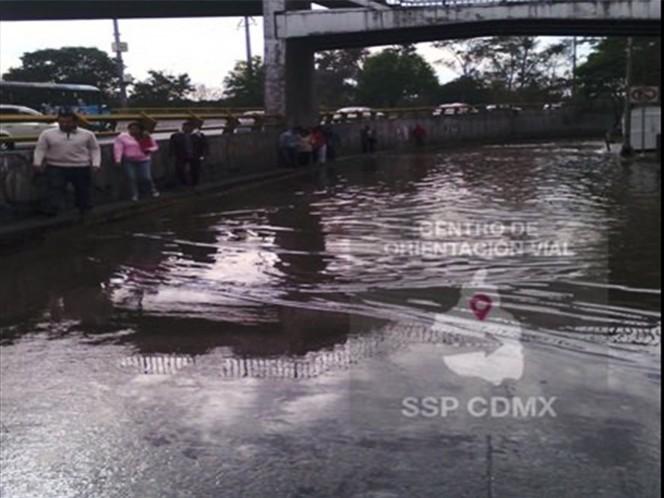 Personal del Sistema de Aguas de la Ciudad de México trabaja para controlar la fuga.