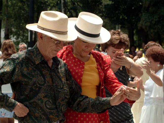Personas de la tercera edad esperan a la llegada del sábado para acudir a bailar danzón a La Ciudadela.