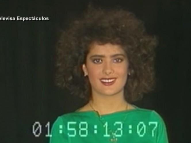 Al más puro estilo del 'look' de los años 80, la aspirante a actriz se presenta ataviada con una camiseta verde y con una alborotada y rizada cabellera en su interpretación de una escena romántica donde sólo aparecen un teléfono, una mesa y una silla. (Televisa Espectáculos)