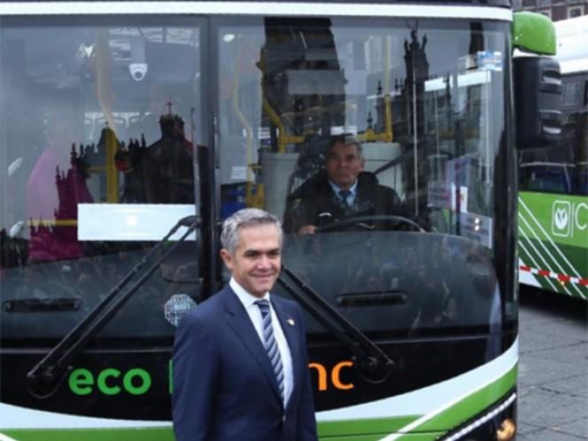 Miguel Ángel Mancera, jefe de Gobierno del Distrito Federal, encabezó la entrega de las unidades RTP en el Zócalo capitalino.