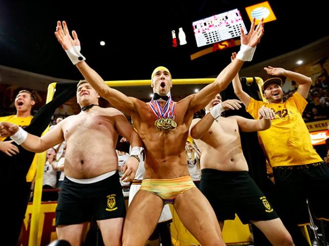 Michael Phelps provoca tremenda distracción en un partido (AP)
