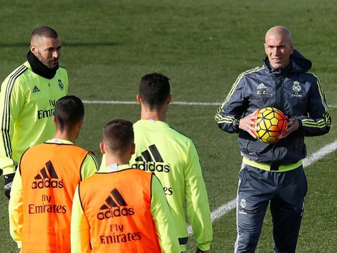 Real Madrid y Atlético anunciaron la decisión de la FIFA con breves comunicados en sus respectivos portales de internet (EFE)