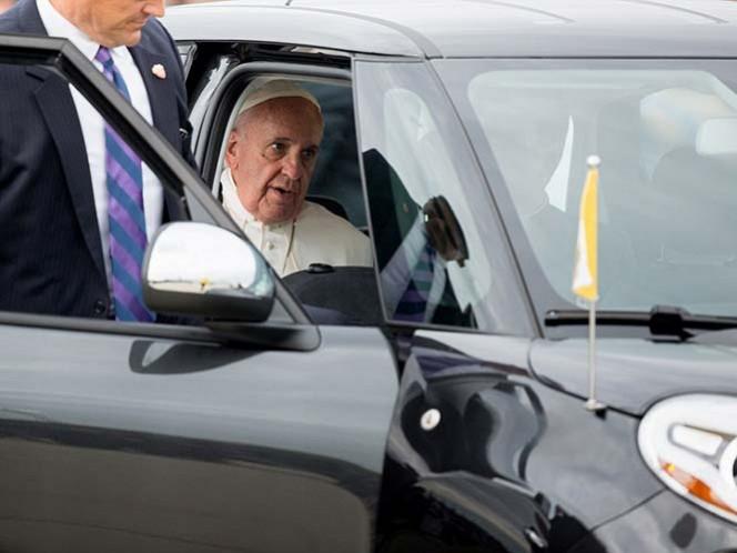 Subastan Fiat que usó el Papa en gira por EU
