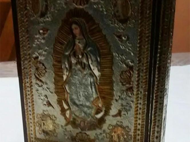 El evangeliario trabajado en repujado, lleva en la parte posterior a la Virgen de Guadalupe.
