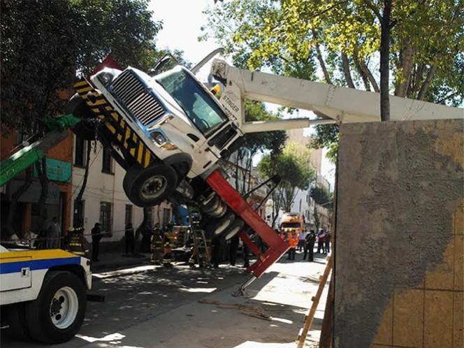 Volcadura de grúa en la Juárez deja tres autos afectados