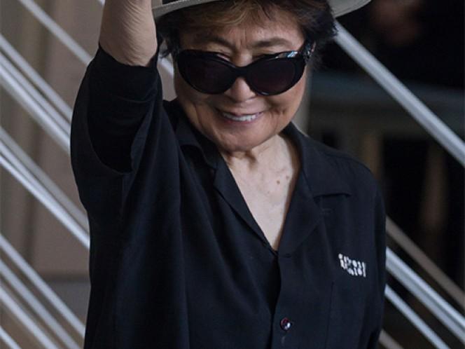 """Con el tradicional saludo de """"Amor y Paz"""", Yoko Ono posó frente a la prensa."""