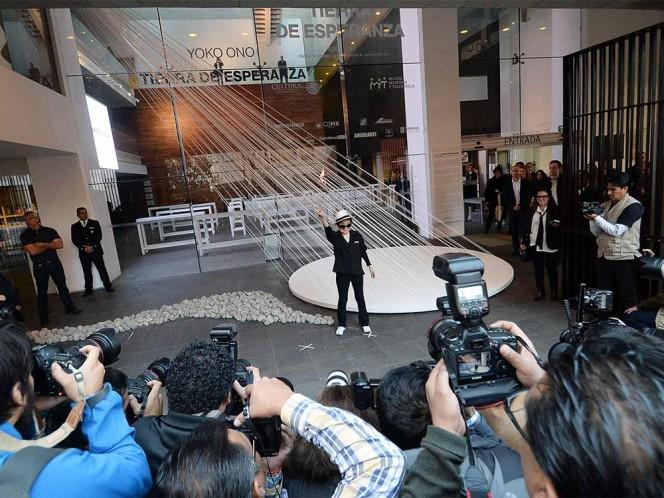 Yoko Ono criticó que la violencia en el mundo se ha hecho tan cotidiana que ha insensibilizado a la gente.