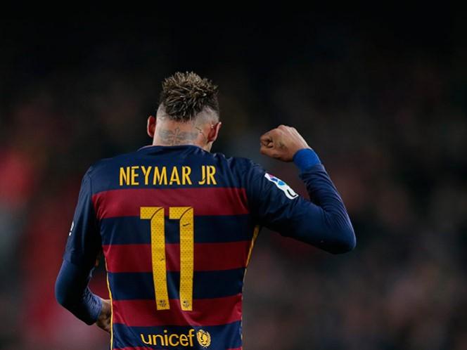 La prensa española reporta que el Manchester United lanzó una oferta de 190 millones de euros por Neymar (AP)
