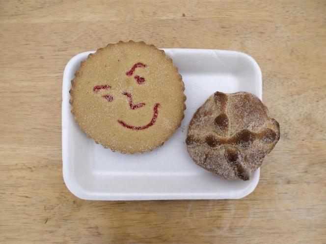 Pan de muerto y galleta feliz.