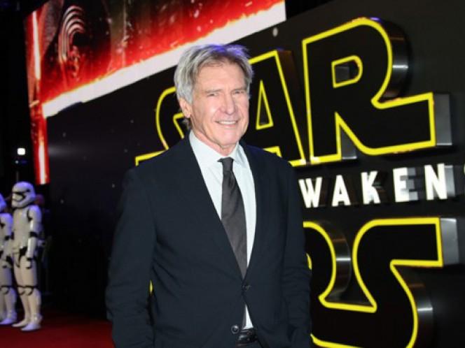 El actor de 73 años, que interpreta a Han Solo, se rompió una pierna y sufrió otras heridas en junio de 2014 al ser golpeado por una pesada puerta hidráulica de metal, en el decorado que recrea la nave espacial del Halcón Milenario. (AP)