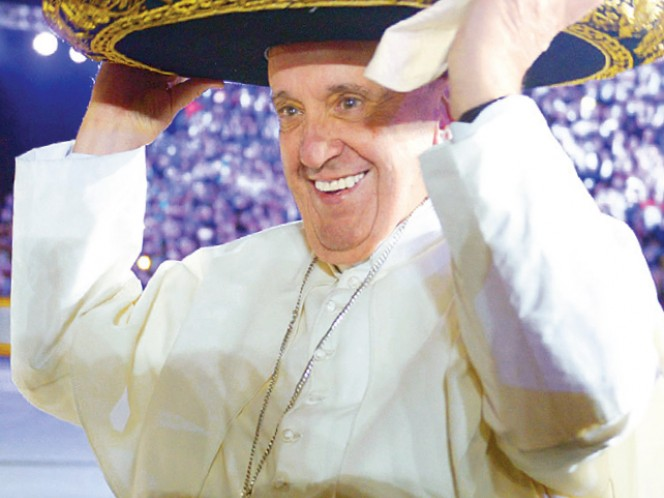 El Papa tomó el sombrero de uno de los integrantes del Mariachi Gama Mil.