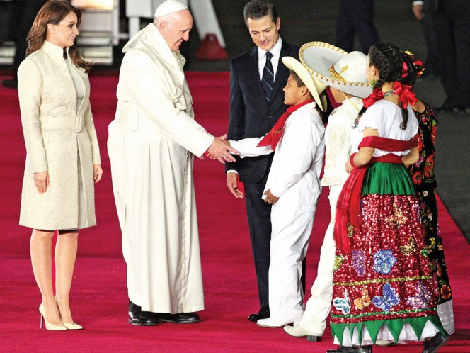 Cuatro niños con trajes típicos acercaron a Su Santidad un cofre con tierra de todos los estados del país, el cual bendijo.