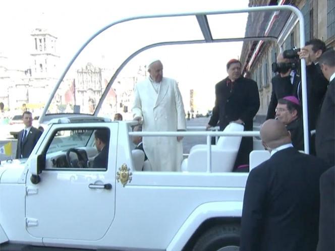 En punto de las 10:51 salió de Palacio Nacional y subió al papamóvil. Imagen de YouTube