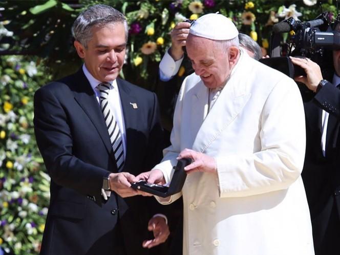 El mandatario capitalino, Miguel Ángel Mancera, entregó las Llaves de la Ciudad al Papa Francisco.
