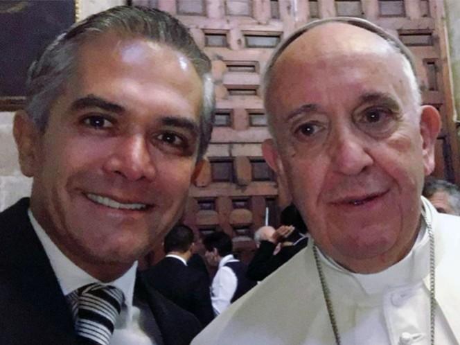 Presume Mancera su 'selfie' con el Papa Francisco