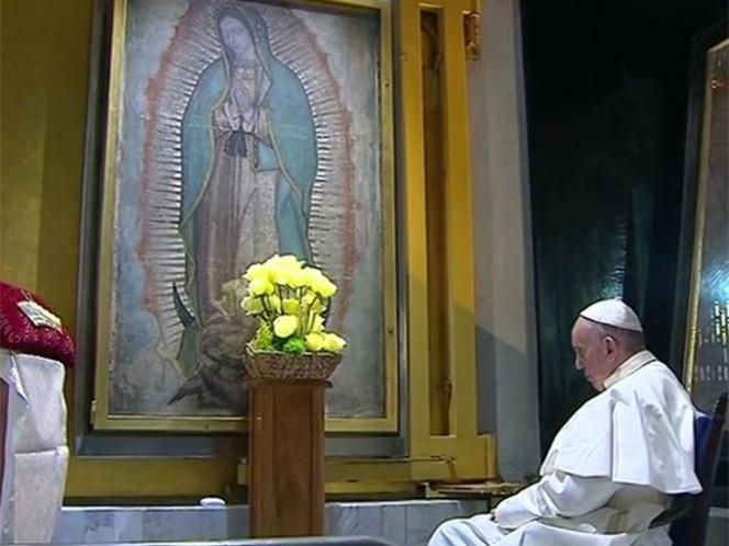 Después de la bendición final, Francisco fue acompañado al camerín donde pudo admirar de cerca la imagen de la tilma y rezar durante varios minutos ante ella. Foto: @aciprensa
