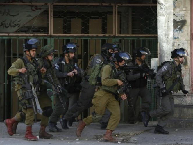 Fuerzas armadas de Israel toman posiciones durante un enfrentamiento con palestinos. (Reuters)