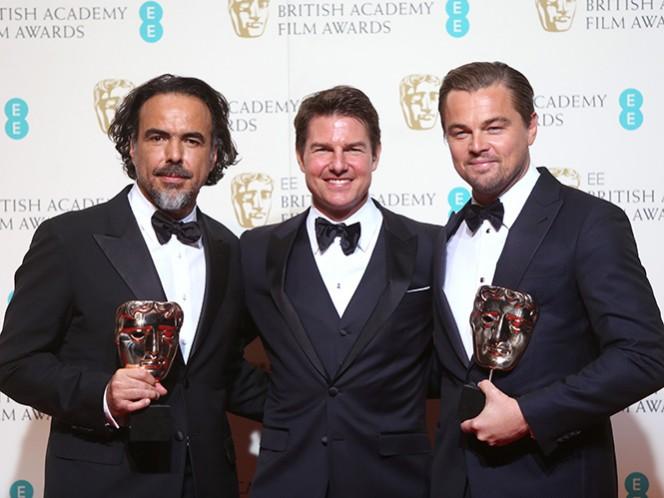 El actor estadunidense Tom Cruise fue el encargado de hacer entrega de la máscara dorada al equipo de 'The Revenant' en una abarrotada Royal Opera House, en el West End londinense. (AP)