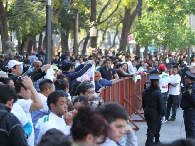Fieles católicos permanecen a la espera de ver el paso del papamóvil en las calles de Florencia y Avenida Chapultepec. (Notimex)