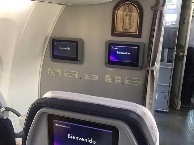 Los asientos están equipados con pantallas individuales sensibles al tacto, programadas con distintos canales de películas, series de televisión y música, así como entradas de usb para cargar los aparatos.