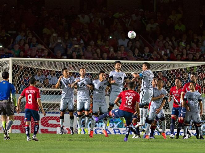 Un 'riflazo' de Edgar Andrade terminó por cruzar la línea de gol tras pegar en el travesaño para el empate entre Veracruz y América (Mexsport)