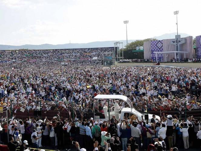 Creyentes llenaron el estadio Víctor Manuel Reyna para escuchar el mensaje del Papa. Foto: AP
