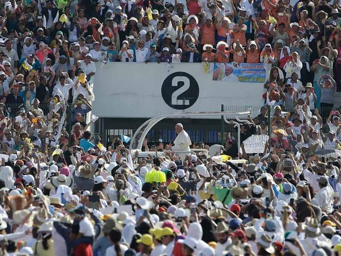Porras, gritos, y sonrisas, envió la gente a Francisco. Foto: AP
