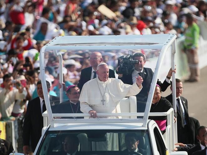 El jerarca de la Iglesia Católica saludó a todos los presentes en el encuentro familiar. Foto: EFE