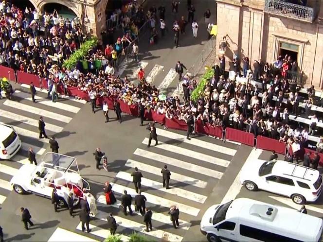 El Papa convivió con niños en la Catedral de Morelia.