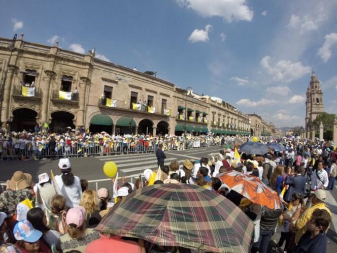 Miles de personas salieron a las calles de Morelia para saludar a Su Santidad. Foto: @Silvano_A