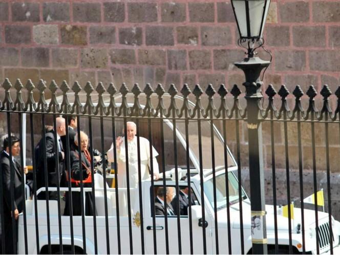 Francisco abordó el papamóvil para iniciar su camino hacia el Estadio Morelos. Foto: @Silvano_A
