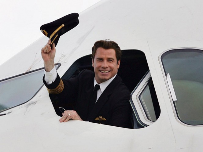A sus 62 años, que cumple este jueves 18 de febrero, Travolta, además de actor y bailarín, es un experimentado piloto aviador.